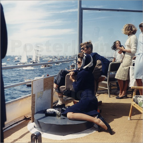 pr sident und jacqueline kennedy bei einer segelregtta poster von. Black Bedroom Furniture Sets. Home Design Ideas