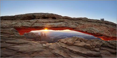 Premium-Poster Sonnenaufgang am Mesa Arch im Canyonlands-Nationalpark, Moab, Island in the Sky , Utah, USA,