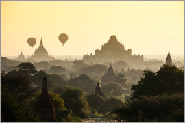 Ballon über Pagoden in Bagan