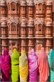 Gavin Hellier - Women in front of the Hawa Mahal