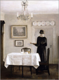 Carl Holsoe - Interieur mit Frau mit Tablett