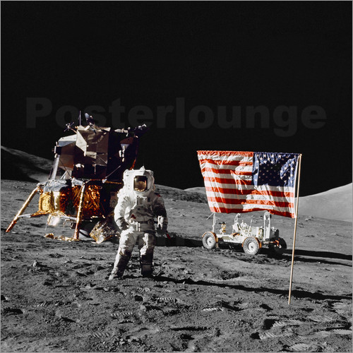 Stocktrek Images - Apollo 17 Astronaut steht nahe der United States Flagge