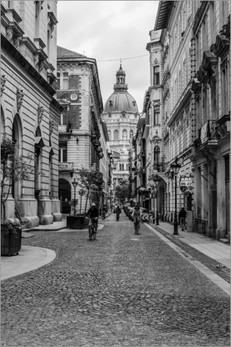 frank herrmann budapest blick in eine gasse auf kirchturm schwarzweiss poster online. Black Bedroom Furniture Sets. Home Design Ideas