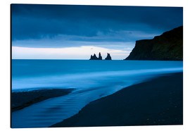 Alubild  Twilight view towards rock stacks at Reynisdrangar off the coast at Vik, South Iceland, Iceland, Pol - Lee Frost