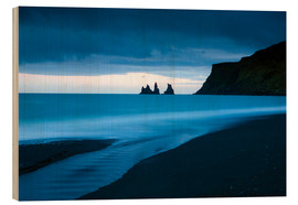 Holzbild  Twilight view towards rock stacks at Reynisdrangar off the coast at Vik, South Iceland, Iceland, Pol - Lee Frost