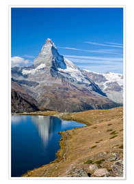 Premium-Poster  Hikers walking on the path beside the Stellisee with the Matterhorn reflected. Zermatt Canton of Val - Roberto Moiola